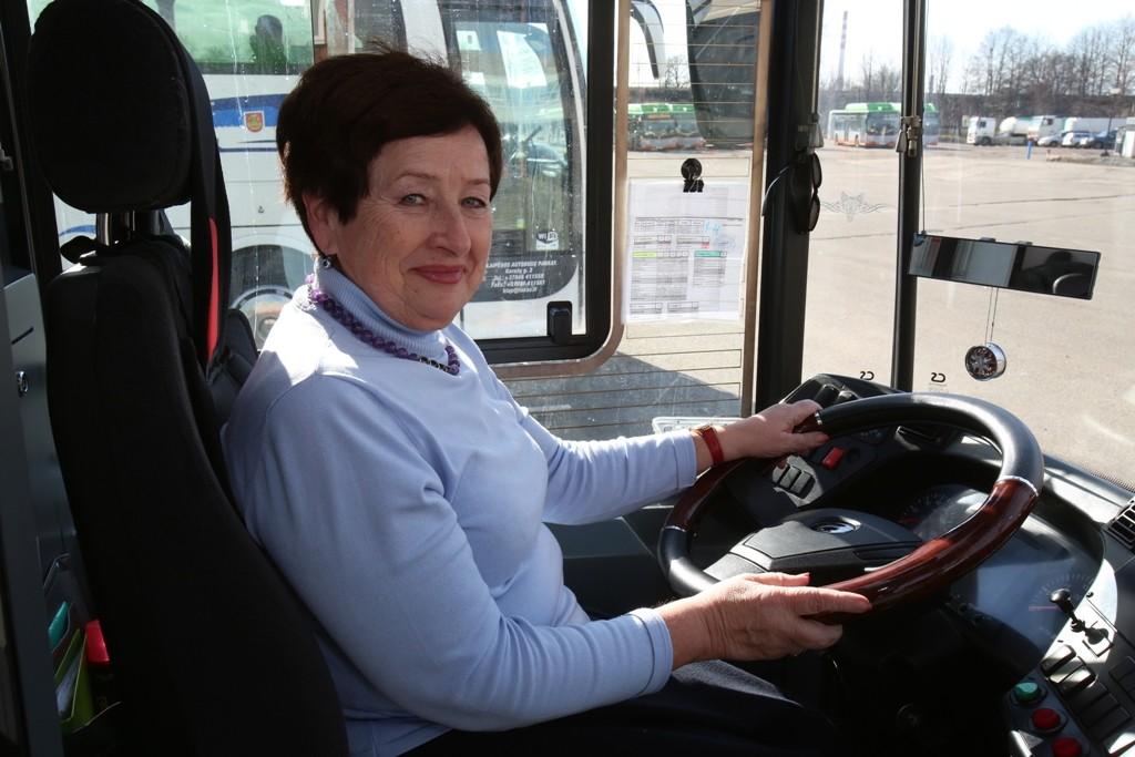 Autobusų parko vadovė pati save skatino, pati save malonino, su savimi sutartis pasirašinėjo