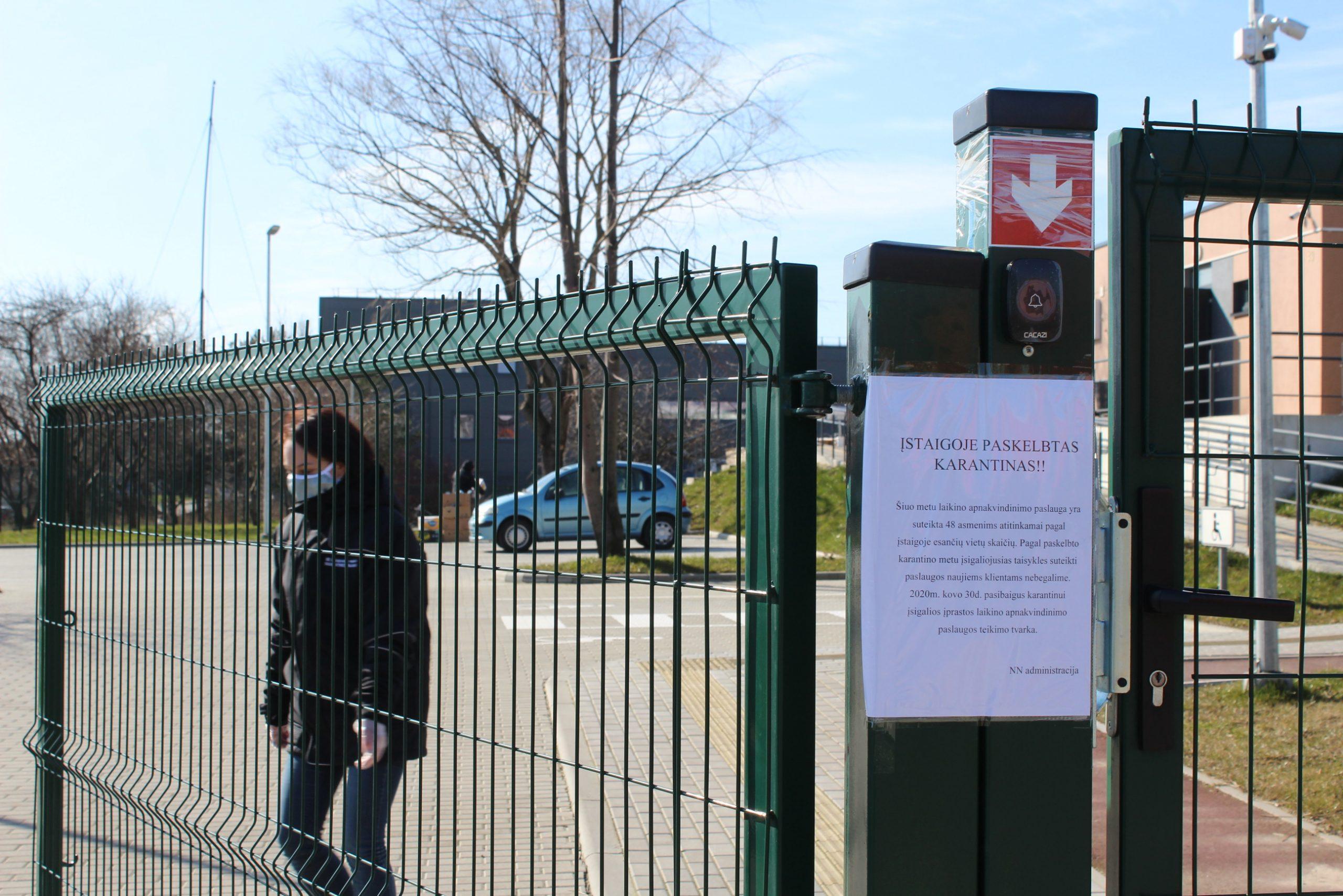Uždaroje į lagerį panašioje teritorijoje Klaipėdoje laikomi benamiai