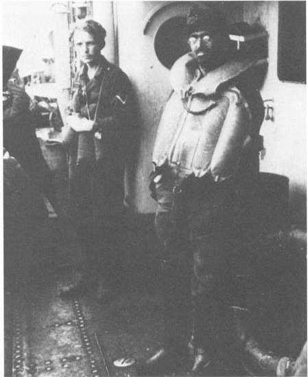 """Du laimingieji, kuriems pavyko išsigelbėti iš laivo """"Goya"""". Fotografuota 1945 m. balandžio 17 d. Nuotrauka iš Heinz Schöno knygos """"Flucht über die Ostsee 1944/45"""" (""""Pabėgimas Baltijos jūra"""")."""