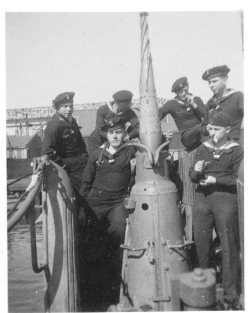 Povandeninio laivo įgula Klaipėdos (Mėmelio) uoste. Iš A. Barkausko kolekcijos.